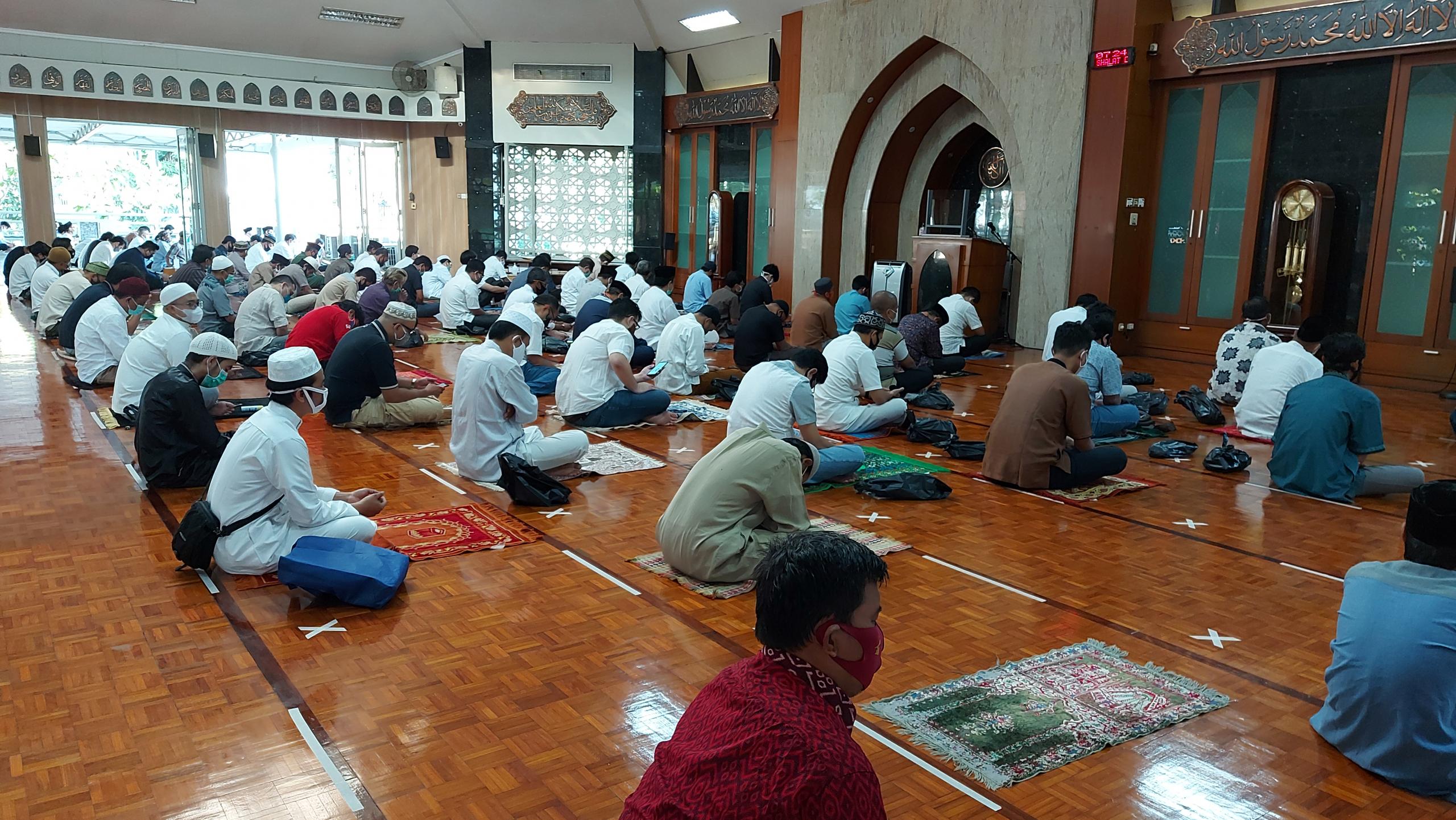 Sholat Jum'at di Masjid Al Ikhlas Saat Pandemi COVID-19